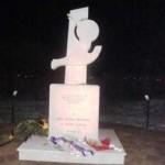 La statua di Mario Rosati e i nostri fiori