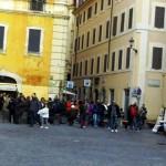 Ci raduniamo in Piazza di Pietra. In fondo l'Albergo Cesàri.