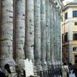 Lo splendido Hadrianeum in piazza di Pietra costruito nel 145 d.C.